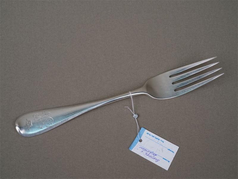 Вилка столовая, серебро 84пробы, клеймо «Хлебников», общий вес— 70,84г.