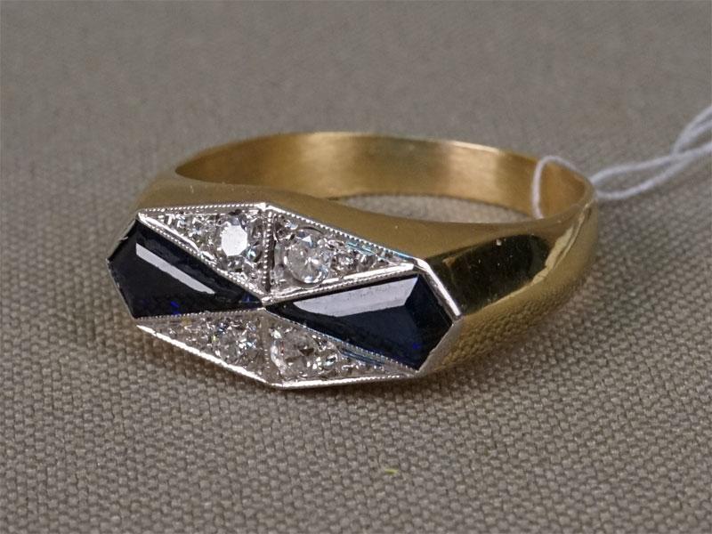 Кольцо, золото пореактиву, общий вес— 6,91г. Вставки: бриллианты (3бр «Старой» огр. — 0,16xt 4/5; 1бр Кр33— 0,05ct  3/3); 2сапфира выращенных .Размер кольца 17,5 .