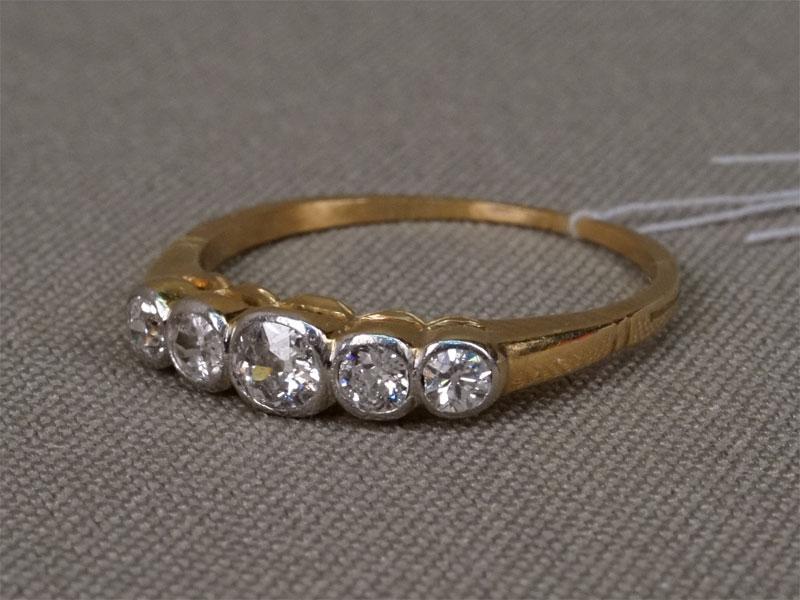 Кольцо, золото пореактиву, общий вес— 2,44г. Вставки: 5бриллиантов («Старой» огр. — 0,39ct 4/5-6), размер 17,5.