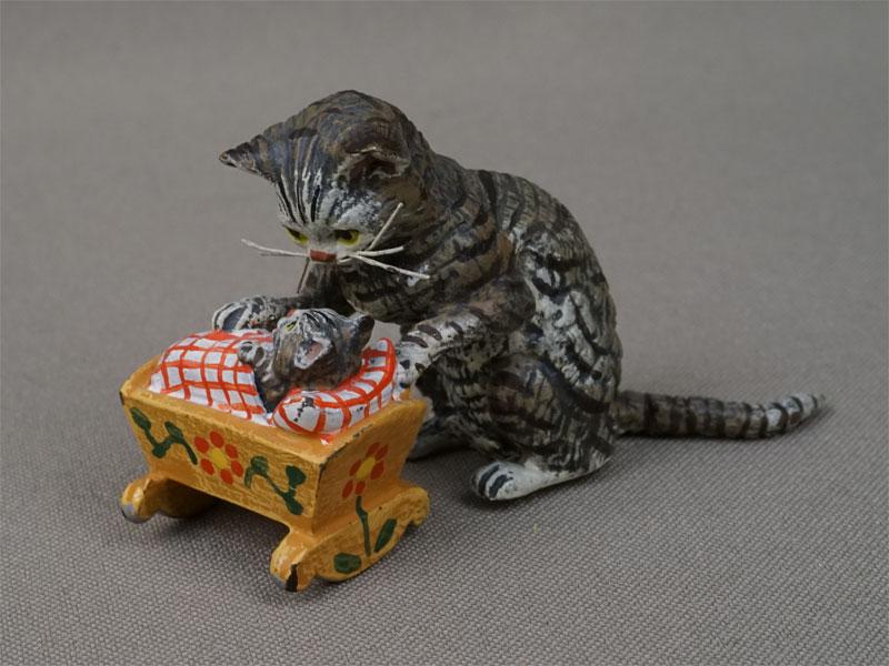 «Кошка укачивает котенка вколыбели», венская бронза. Вена, начало XXвека, 7×4см