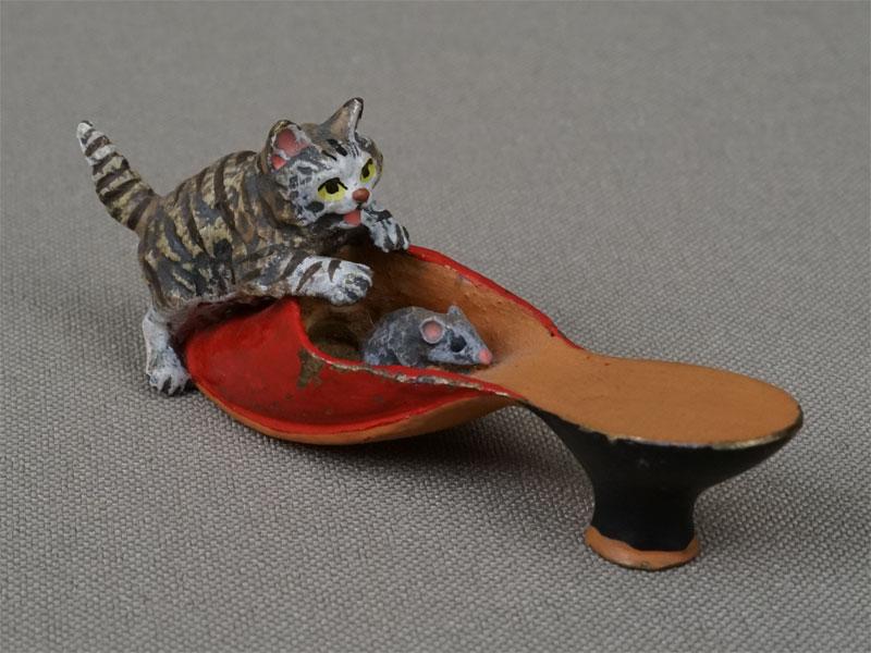 «Кошка смышкой втуфельке», венская бронза. Вена, начало XXвека, длина— 6,3см