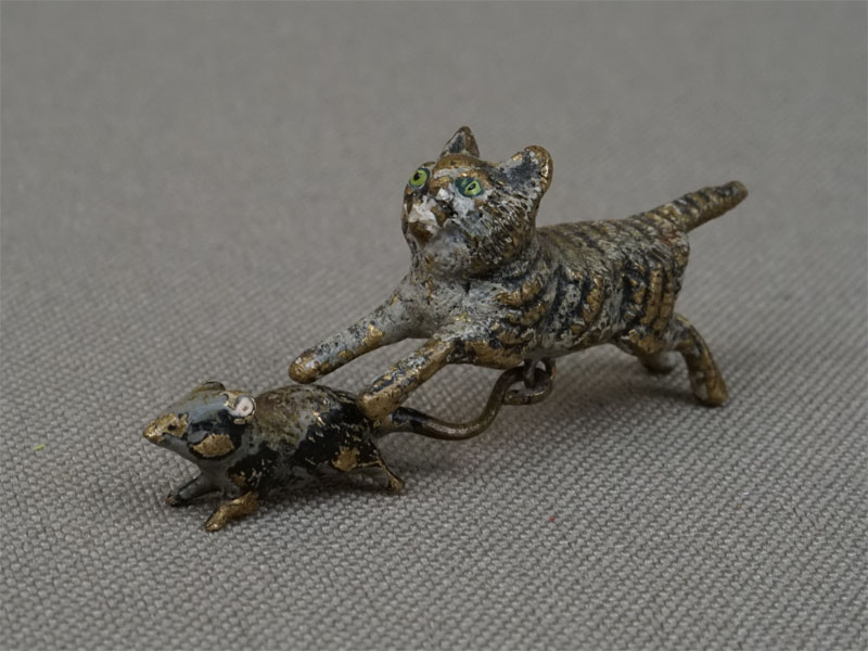 «Кошка смышкой», венская бронза. Вена, XIXвек, длина— 3,5см