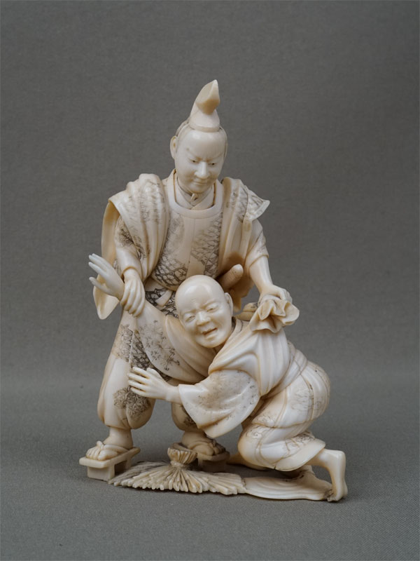 Окимоно «Тайра-но-Тадаморе иворишка», кость, резьба. Япония, конец XIX — начало XXвека, высота— 11,5см. <p>Окимоно изображает известную легенду окраже масла, связанную сименем Тайра-но-Тадамори. Однажды ночью, когда самурай прогуливался симператором, кто-то доложил омонстре, испускающем изсвоего рта пламя. Тадамори тут же отправился напоиски этого чудовища икогда увидел приближающееся к нему существо спериодически исходящим изголовы пламенем, набросился нанего. К своему удивлению, он обнаружил перед собой храмового служителя. А пламя исходило от факела, которым служитель освещал свой путь. </p>