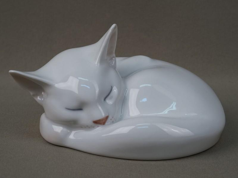 «Белый кот, свернувшийся клубком», фарфор, роспись подглазурная. Дания, Royal Copenhagen», длина— 14см, середина XXвека