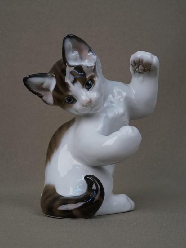 «Играющий котенок», фарфор, роспись. Германия, Rosenthal, высота— 13см, середина XXвека