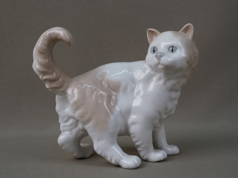 «Кошка», фарфор, роспись. Испания, длина— 15см, середина XXвека