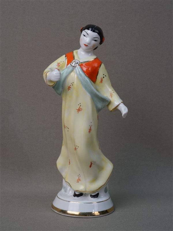 «Кореянка с цветком», фарфор, роспись. Вербилки, середина XX века, высота 16см