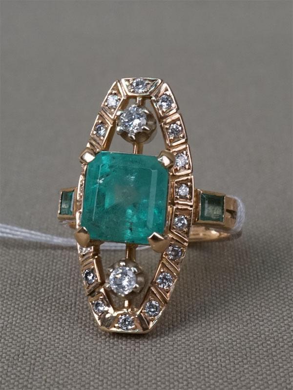 Кольцо, золото 585 пробы, вставки : бриллианты (20 бр кр57 0,42 3-4/4-6), изумруды (1из «изумрудной» огр 4,00 3/г3, 2из «квадрат» 0,17 4/г2), общий вес 7,67г. Размер кольца 17,0.