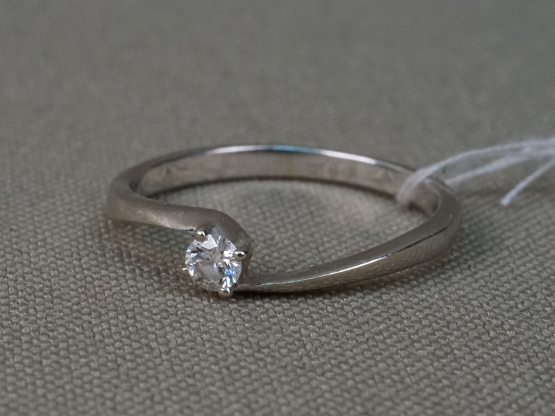 Кольцо, золото 585 пробы, общий вес 1,36г. Вставки: 1 бриллиант (Кр57 – 0,075ct 3/5). Размер кольца 15,7