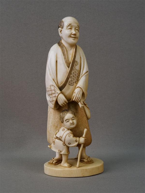 Окимоно «Отец и сын», кость, резьба. Япония, начало XX века, высота 17,5см