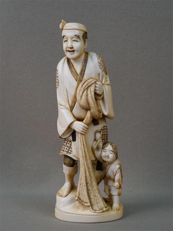 Окимоно «Рыбак и мальчик», кость, резьба. Япония, начало XX века, высота 18см