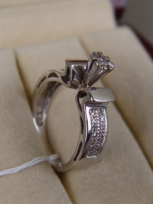 Кольцо, золото 585 пробы, общий вес 4,54г. Вставки: бриллианты (1бр Кр57 – 0,08ct 4/6; 28бр Кр17 – 0,11ct 3/5). Размер кольца 17.