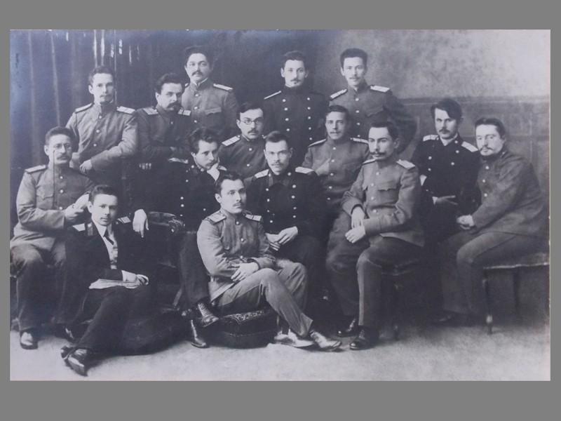 Выпускники Санкт-Петербургской Военно-медицинской Академии. 1913 год. Групповое фото на паспарту, 28 × 38 см.