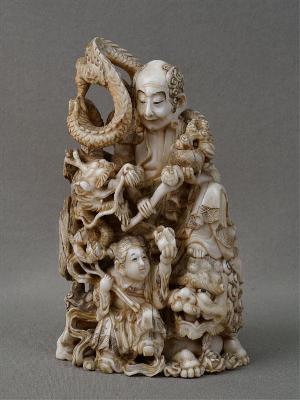 Окимоно «Сондзя Хандрака с драконом, Карасиси и мальчиком», кость, резьба. Япония, эпоха Мэйдзи (1868-1912), высота 12,5см