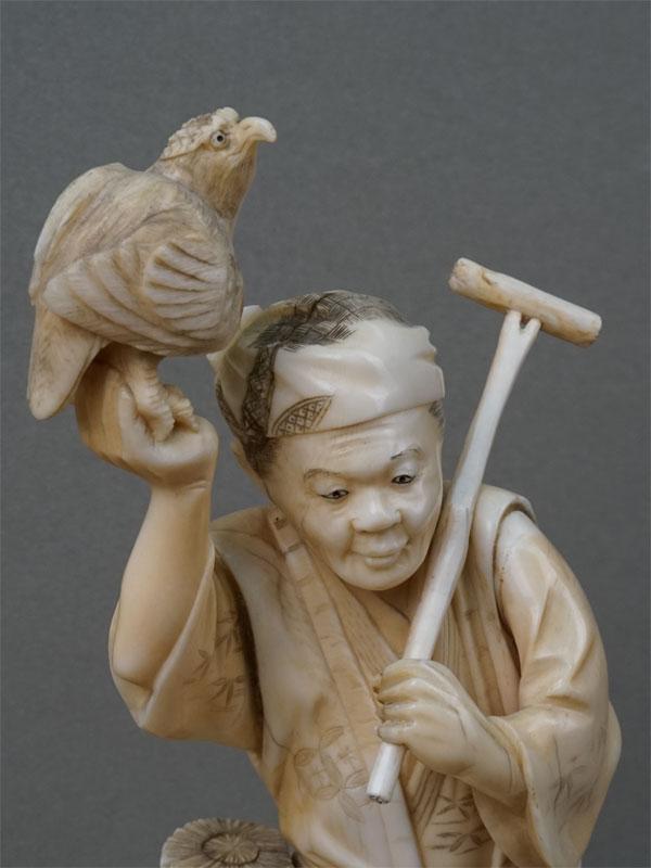 Окимоно «Сокольничий», слоновая кость, резьба. Япония, начало XX века, высота 24см