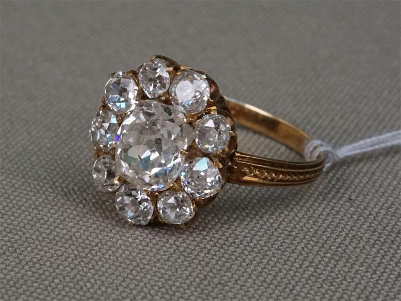 Кольцо «Малинка», золото 56 пробы, общий вес 2,28г. Вставки: бриллианты (1бр «Старой» огр – 1,30ct 7/8; 9бр «Старой» огр. – 1,23ct 4/4-6. Размер кольца 17,5.