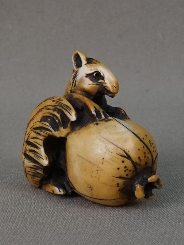 Нэцкэ «Белка с плодом граната», кость, резьба. Япония, начало XX века, 4,5 × 4см
