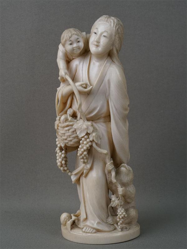 Окимоно «Женщина с ребенком, обезьяной и корзиной винограда», слоновая кость, резьба. Япония, эпоха мейдзи (конец XIX  — начало XX века), высота 20см
