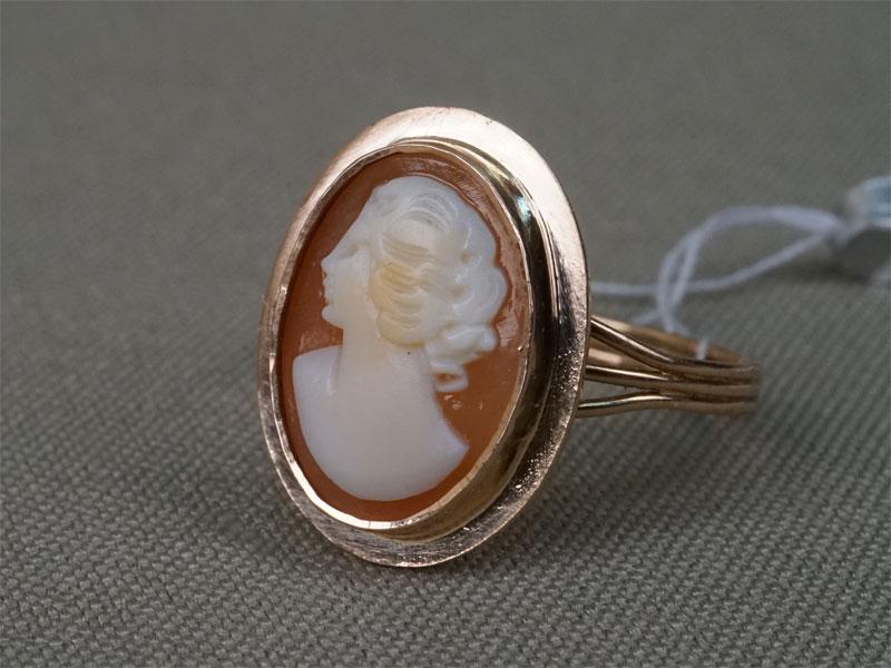 Кольцо, золото по реактиву, камея на раковине, общий вес 2,66г.Размер кольца 17,5 .
