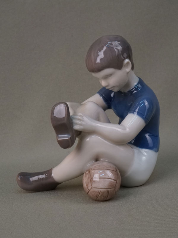 «Юный футболист», фарфор, роспись. Копенгаген, B&G, 1950-е годы, высота 12см