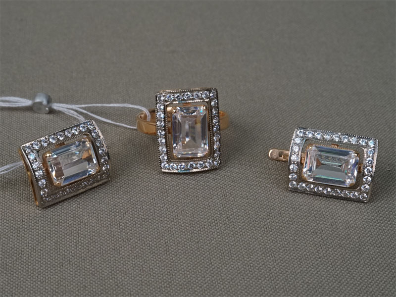 Комплект: кольцо и серьги, золото 585 пробы, вставки: фианиты; общий вес 14,21 г. Размер кольца -17.0 .