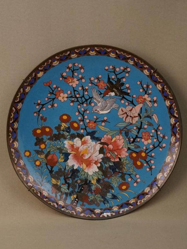 Настенная тарелка «Птицы и цветы», металл, эмаль клуазоне. Япония, начало XX века, диаметр 30,5см