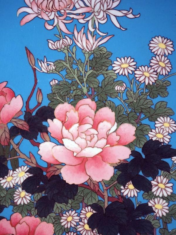 Настенная тарелка «Цветы на голубом фоне», металл, эмаль клуазоне. Япония, начало XX века, диаметр 36см
