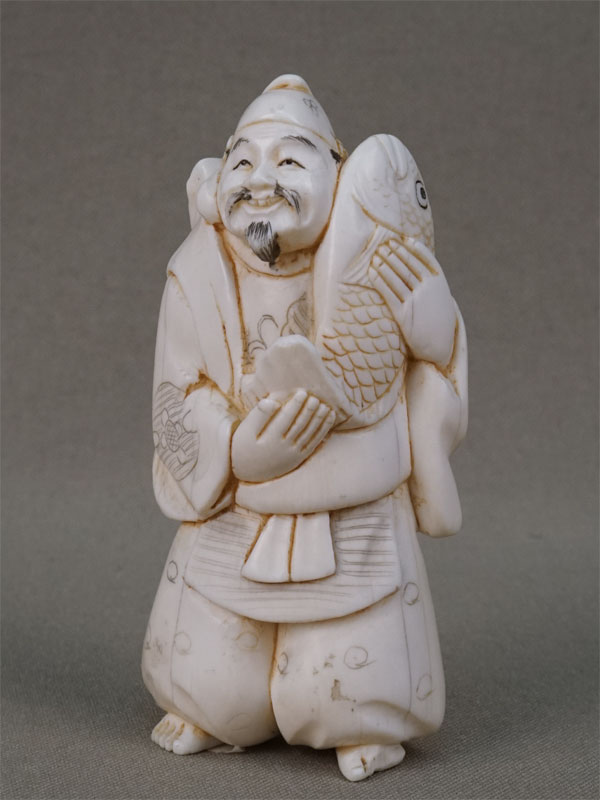 Нэцкэ «Эбису с рыбой», кость, резьба. Япония, конец XIX — начало XX века, высота 7,5см (скол)