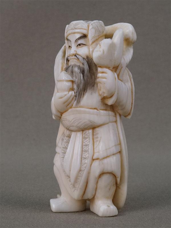 Нэцкэ «Джункуй – победитель демонов», кость, резьба. Япония, конец XIX — начало XX века, высота 7,8см (скол)