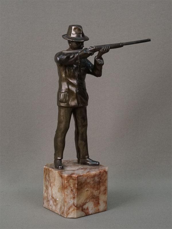 «Охотник», шпиатр, камень, начало XX века, высота 21см