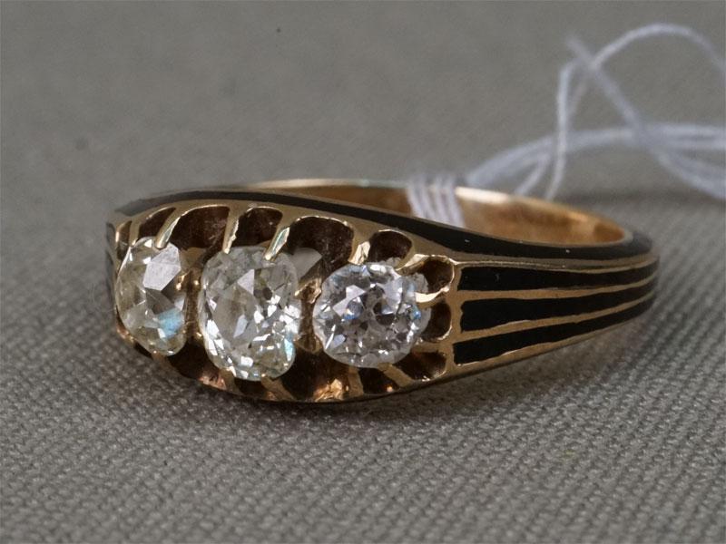 Кольцо, золото 56 пробы, общий вес 4,62г. Вставки: бриллианты (1бр «Старой» огр. – 0,25ct 4/4; 2бр «Старой» упр. огр. – 0,68ct 7/6). Размер кольца 18.