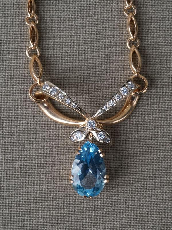Колье, золото 583 пробы, общий вес 20,38г. Вставки: голубой топаз, фианиты.