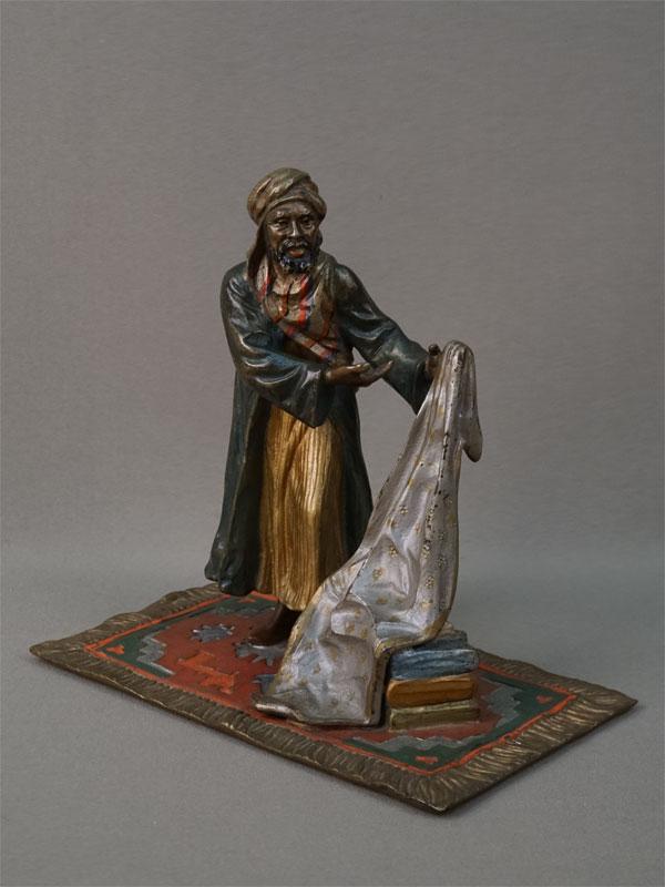 «Араб-торговец тканями», венская бронза, конец XIX – начало XX века, высота 16см