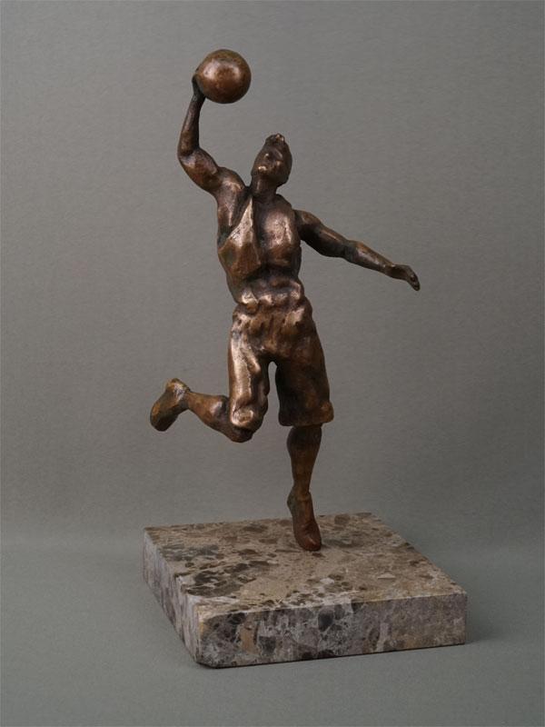 «Баскетболист», бронза, литье, подставка камень, высота 32,5см, автор П. Лизунов, 2019 год