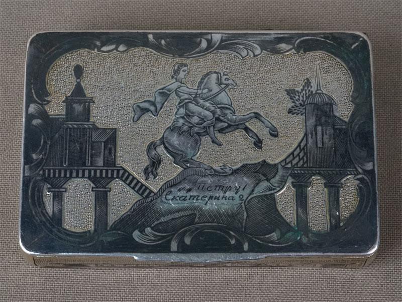 Табакерка «Санкт-Петербург. Памятник Петру I», серебро 84 пробы, чернь, позолота, общий вес 72,95г., 7,5 × 5см