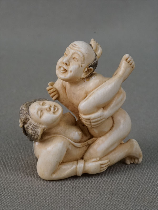 Окимоно-сюнга, кость, резьба. Япония, начало XX века, высота 4см