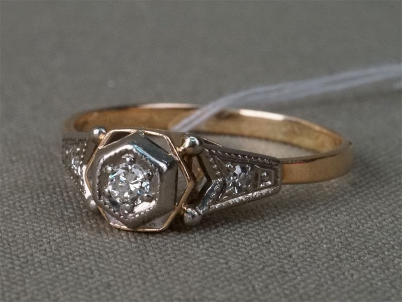 Кольцо, золото 583 пробы, общий вес 2,71г. Вставки: бриллианты (1бр Кр57 – 0,085ct 4/3; 2бр Кр17 – 0,046ct 3/3). Размер кольца 19,0.