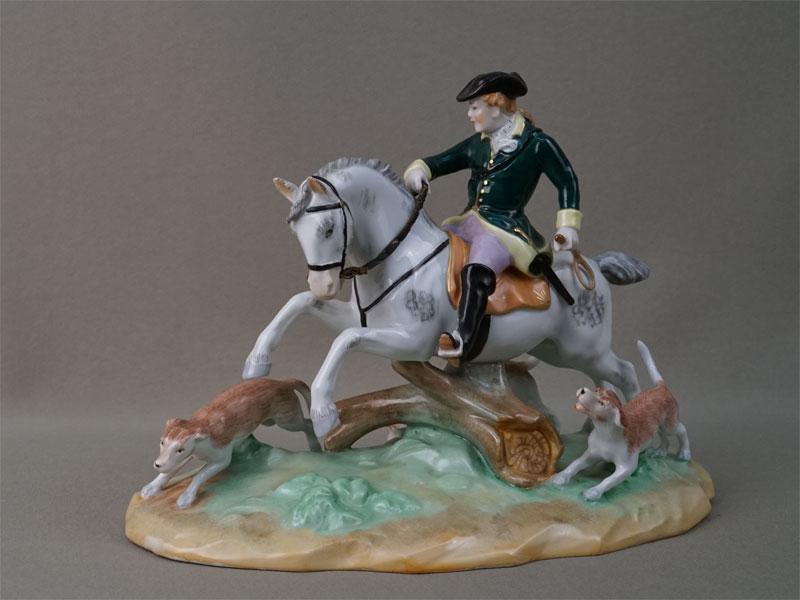 Скульптура «Охотник на коне с собаками», фарфор, роспись. Германия, начало XX века, длина 25см