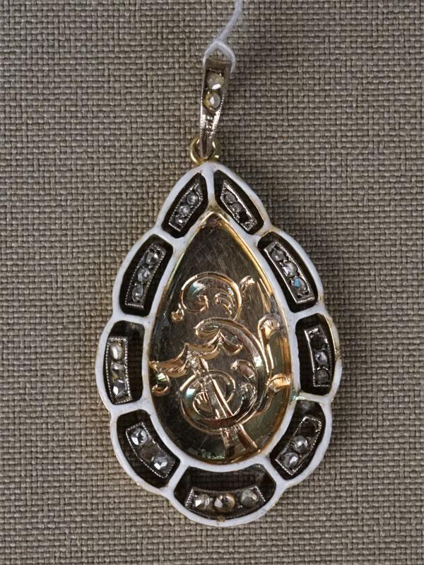 Подвеска с монограммой, золото 56 пробы, эмаль, общий вес 3,85г. Вставки: бриллианты «Роза», 1 стекло (утраты)