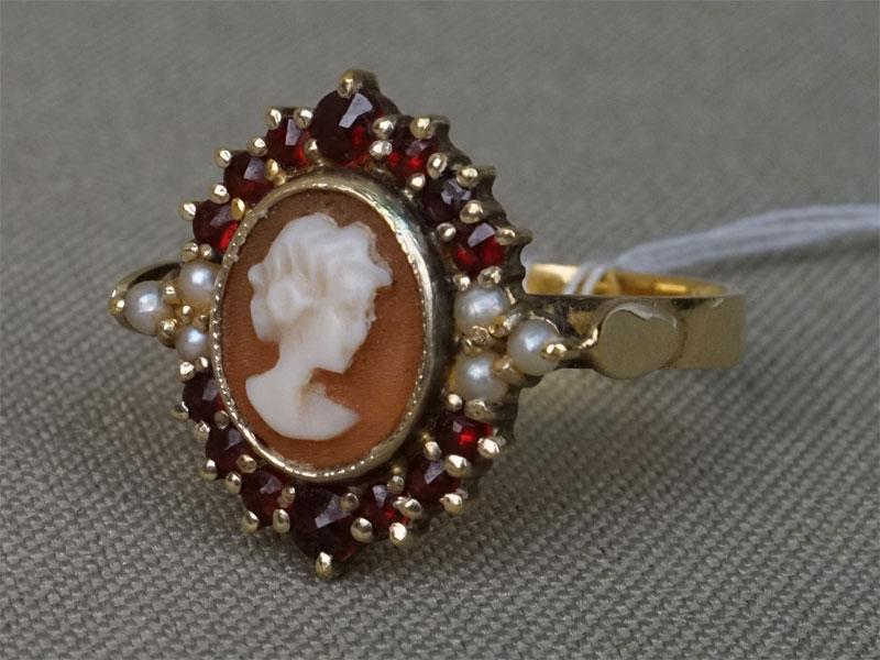 Кольцо, золото по реактиву, общий вес 3,76г. Вставки: камея на раковине, гранаты, жемчуг природный. Размер кольца 17,5.