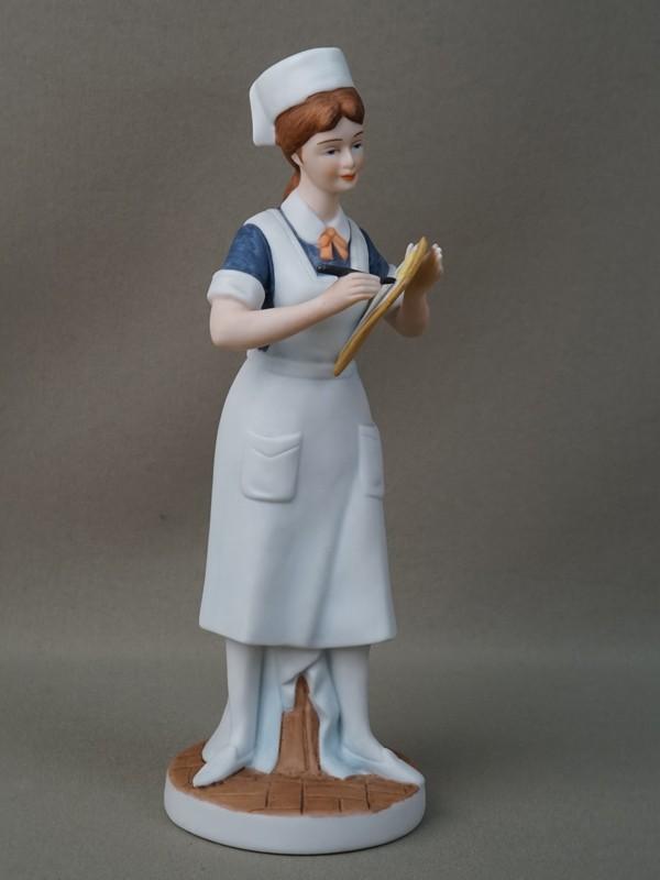 «Медсестра», фарфор, роспись. Япония, 1950-е годы, высота 21см
