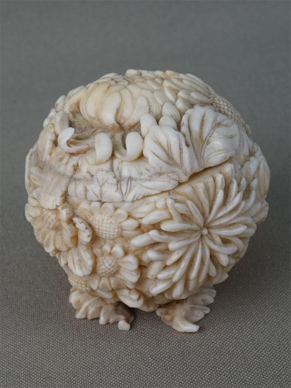 Шкатулка «Шар с хризантемами», слоновая кость, резьба. Япония, конец XIX века, диаметр 5см