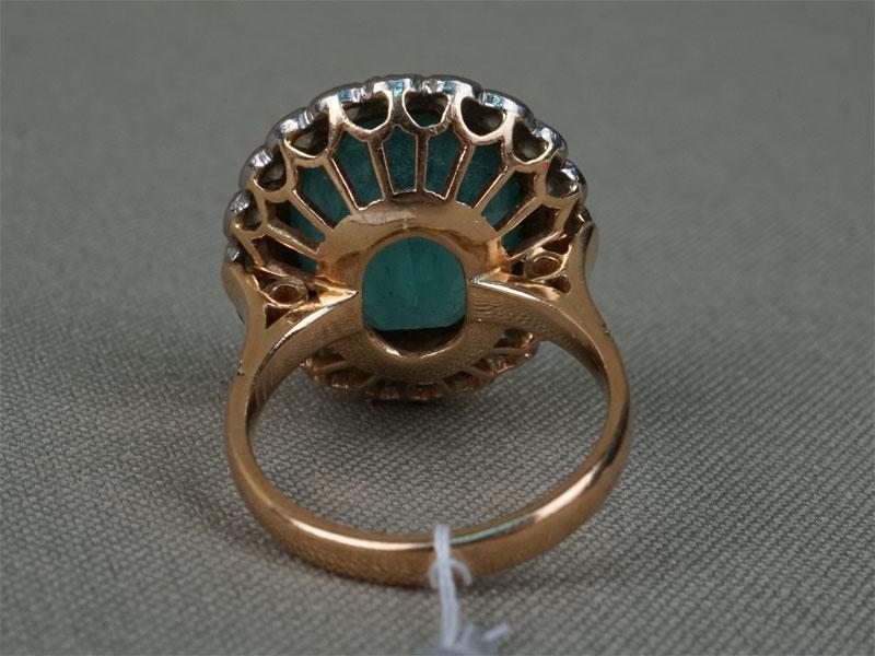 Кольцо, золото 583 пробы, общий вес 8,35г. Вставки: 20 бриллиантов (Кр57 – 1,33ct 3/4); 1 изумруд (9,72ct 4/Г3). Размер 17. Экспертиза.