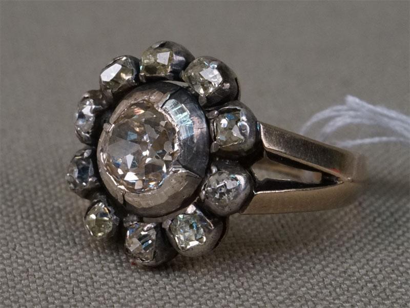 Кольцо «Малинка», золото по реактиву, общий вес 3,51г. Вставки: бриллианты (1бр «Старой» огр. – 0,71ct 9-1/7; 10бр «Старой упр.» огр. —  0,63ct 3-4/3-4).  Размер кольца 14,75