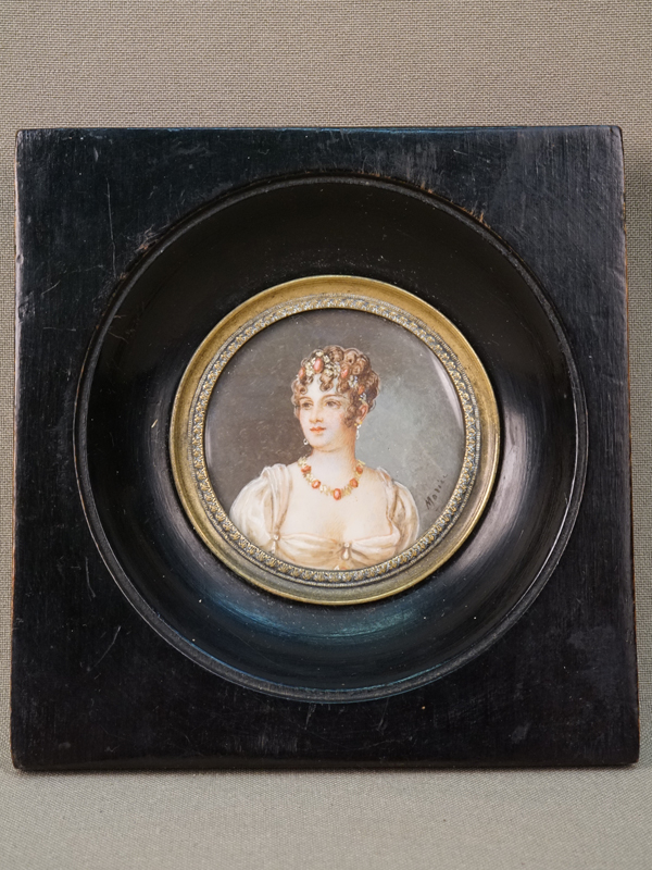 Миниатюра в раме «Каролина Бонапарт», кость, живопись, диаметр 5см, конец XIX- начало XX века
