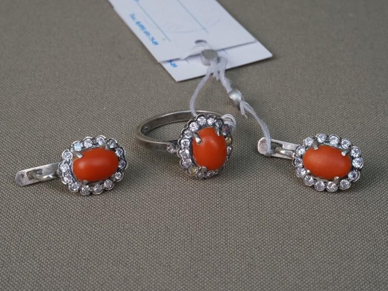 Комплект: кольцо и серьги,серебро 925 пробы , вставки: природные кораллы, фианиты; общий вес 8,67г.