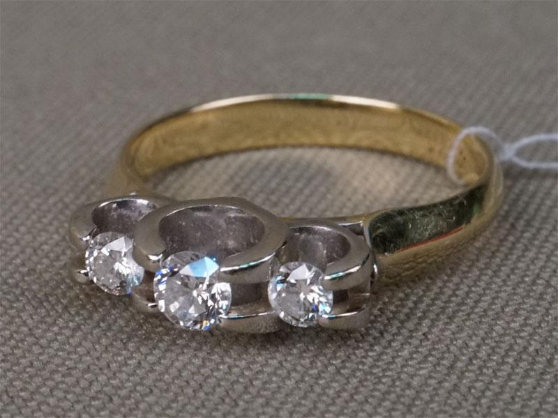 Кольцо, золото 585 пробы, общий вес 2,7г.  Вставки:  3 бриллианта (Кр57 – 0,29ct 4/5)Размер кольца 16.5 .