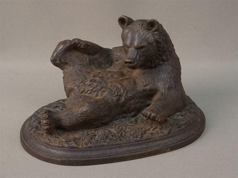 Скульптура «Медвежонок валяющийся», чугун, литье, покраска. Касли, конец XIX века, работа Бари, длина 19см