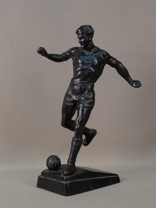 Скульптура «Футболист», чугун, литье, покраска. Касли, 1961 год, высота 27см