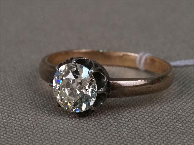Кольцо, золото по реактиву, общий вес 2,55г. Вставки: 1 бриллиант («Старой» огр. – 1,10ct 8-3/6). Экспертиза МГУ. Размер кольца — 16.0 .